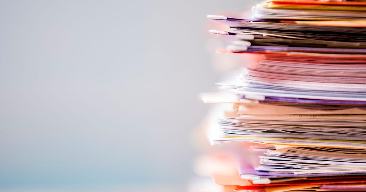 Hög av papper som ska diarieföras
