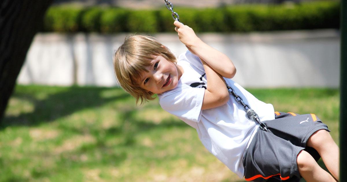 Barn som leker i lekpark