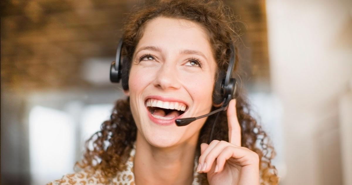 Receptionist svarar på frågor i headset