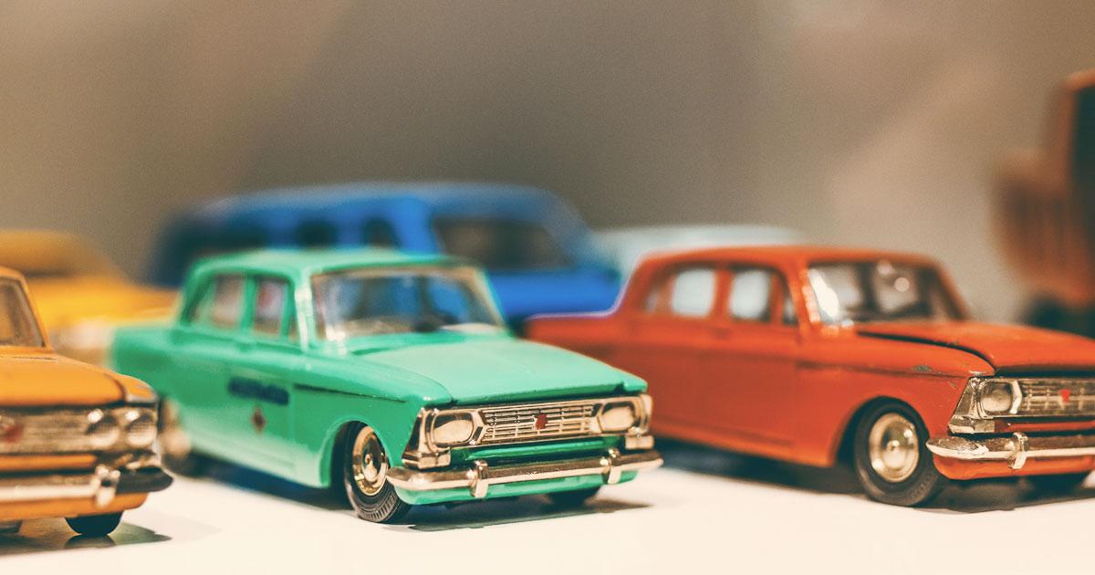 Leksaksbilar parkerade på rad
