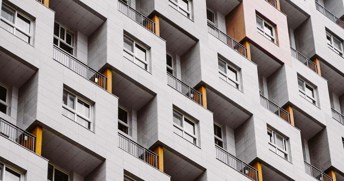 Fasad på hyreshus med lägenheter