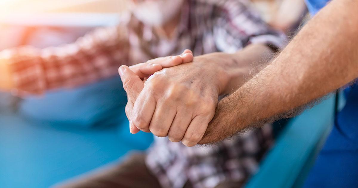 Demensjuk patient som får bistånd att kliva resa sig upp