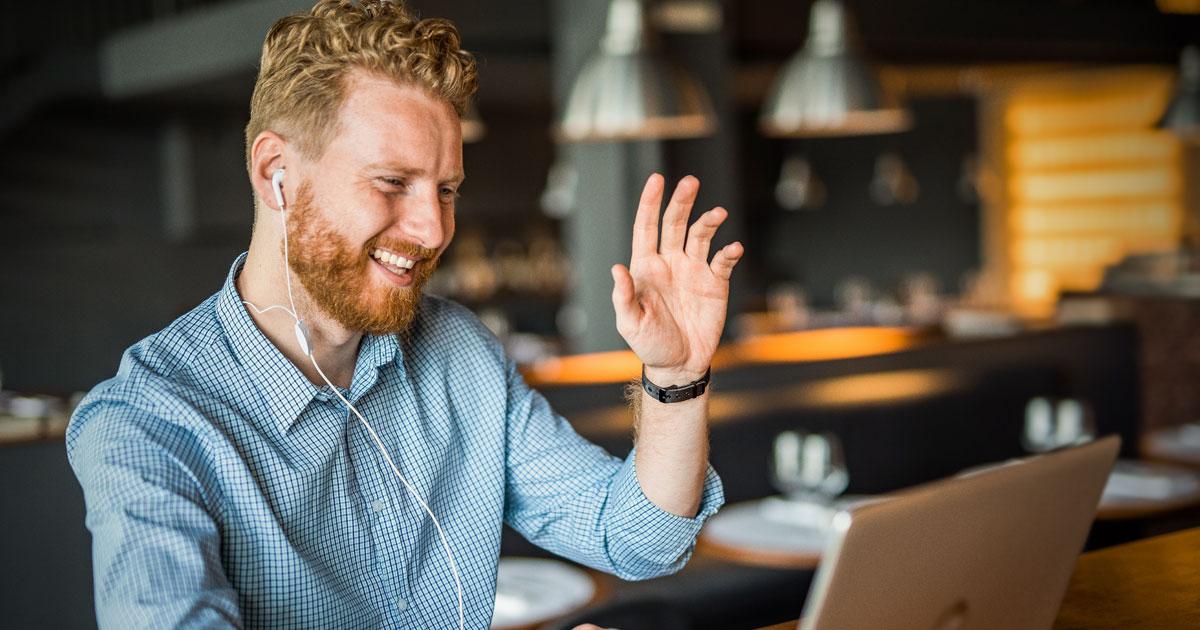 Person som sitter vid bärbar dator och utbildas digitalt på distans
