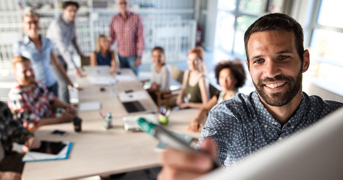 Grupp kommunikatörer som får kompetensutveckling i kommunikativt ledarskap