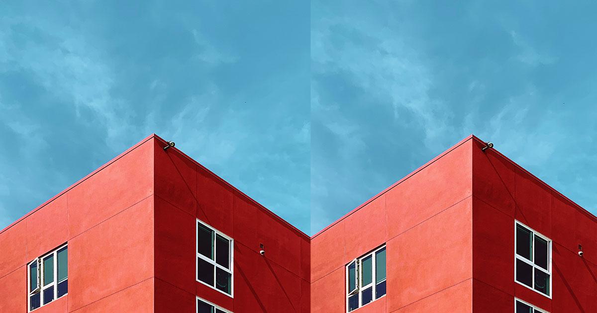 Rött hus med blå himmel