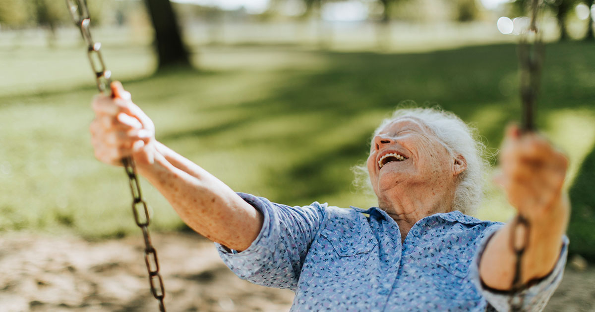 Äldre kvinna som gungar