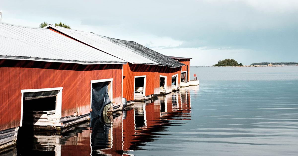 Röda båthus vid havet