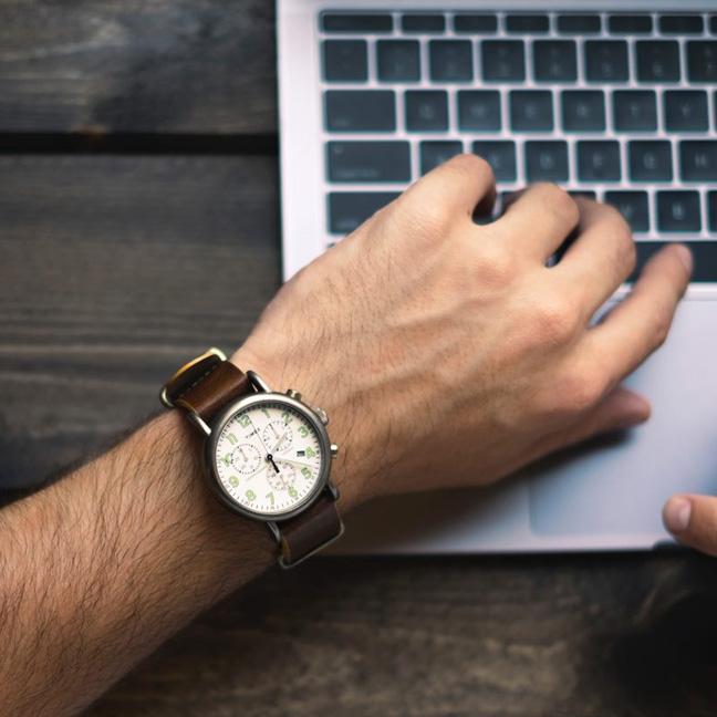 Hand skriver på tangentbord